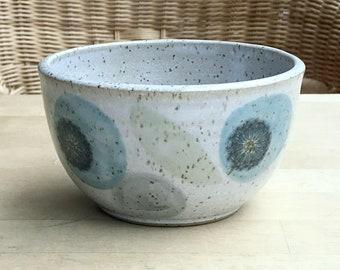 Muesli bowls with puste flowers