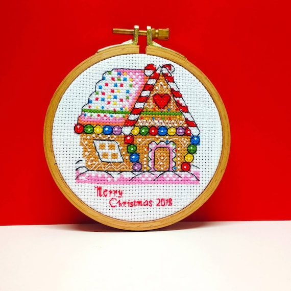 Merry Christmas Hoop Art Wall Decor 4 Inch Finished Embroidery Cross Stitched Gingerbread Cozy House Xmas Winter Ornament Door Hanging Idea