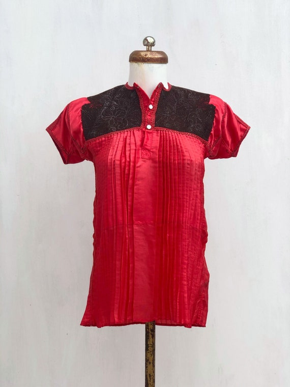 Vintage Chamula blouse in red satin, mexican Embro