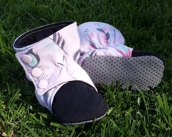 Baby Booties & Toddler Booties / Slippers ~ Stay On Boots ~ No Exposed Seams ~ Flannelette ~ fabric booties ~ Pink Feathers ~ Navy