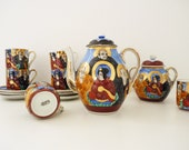 Maruni Co Satsuma coffee set in porcelain, 6 cups and saucers, coffee maker, sugar bowl. Hand painted. Stamp.
