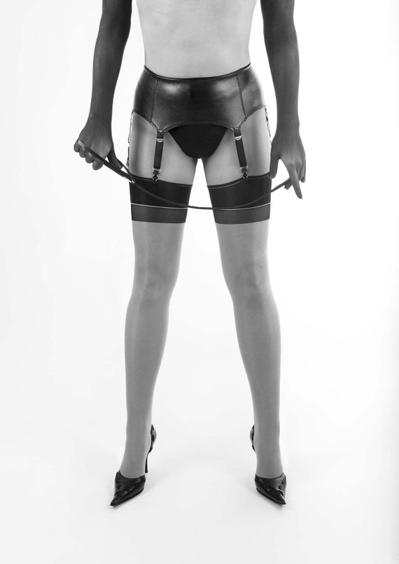 a8d0dfa59efdf Kunstleder Strapsgürtel / Suspender Belt mit 6 Riemen und 8 Clips für  Strümpfe.