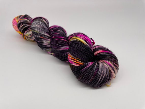 Liquorice sunset - hand-dyed variegated neon black super sock yarn - 100g (425m)