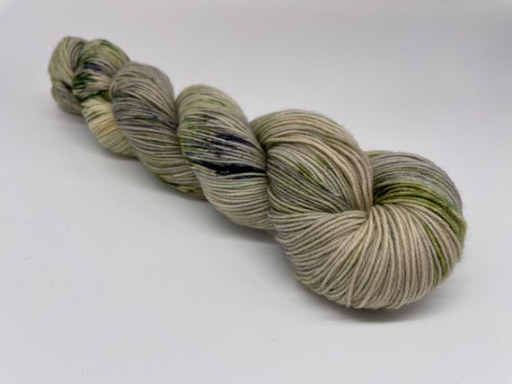 Olive grove - hand-dyed green speckled super sock yarn - 100g (425m)