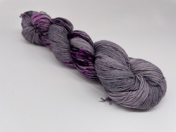 Berries for supper - hand-dyed grey purple speckled super sock yarn - 100g (425m)
