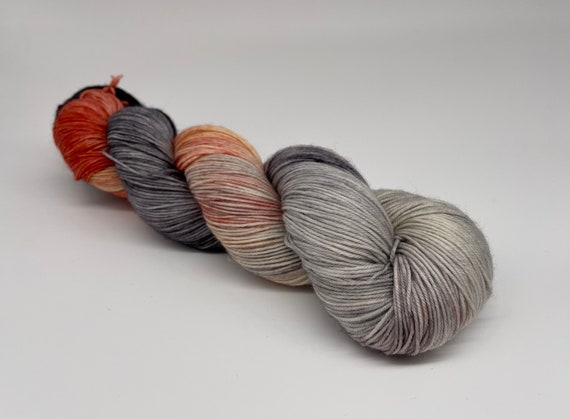 Cloudy with a chance of peaches - peach/coral grey variegated hand-dyed super sock yarn - 100g (425m)