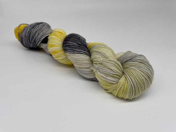 Cloudy with a chance of sunshine - yellow grey grellow variegated hand-dyed super sock yarn - 100g (425m)