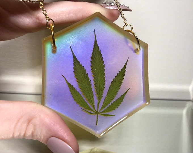 Weed Leaf Clear Mood Light Catcher - Colour Changing - 12 Different Colours - Gold Chain