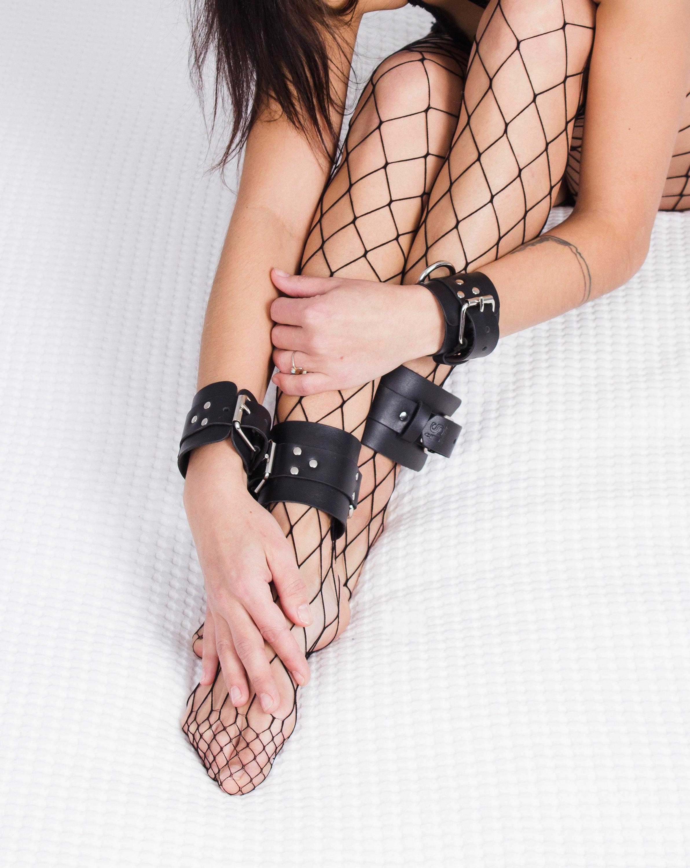 Premium padded leather lockable wrist cuffs male stockroom
