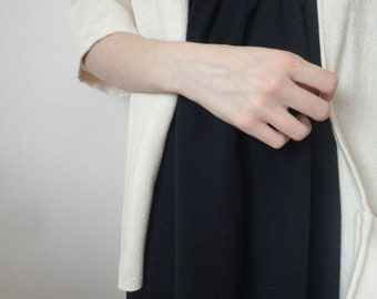 OUTFIT nr. 16 // simple dark / navy blue organic cotton jersey dress with simple raw cotton jacket in natural / beige (SPRING / SUMMER 2019)