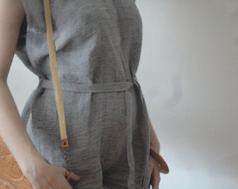 OUTFIT nr. 4 // crinkled linen tunic dress in grey with raw edge and v-neck, with wooden bangle (SPRING / SUMMER 2019)