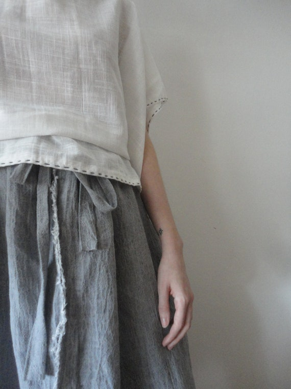 OUTFIT nr. 2 // extra wide crinkled linen skirt in grey and light white organic cotton tunic top with blue stitching (SPRING / SUMMER 2019)