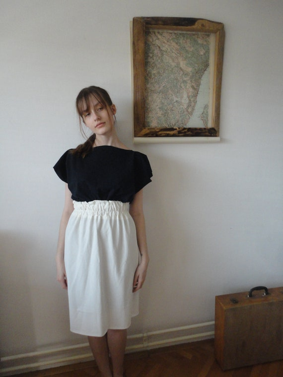 OUTFIT nr. 17 // soft creme organic cotton jersey skirt with high elastic waist and simple cut jersey tee in dark blue (SPRING/SUMMER 2019)