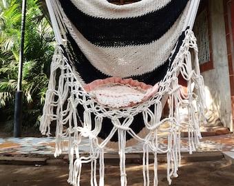 Chaise hamac blanc et noir avec noeuds