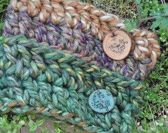 Crochet headband from bulky yarn with wooden button, Ear warmer with sign Earthling, Warm headband in earthy tones, Festival accessory