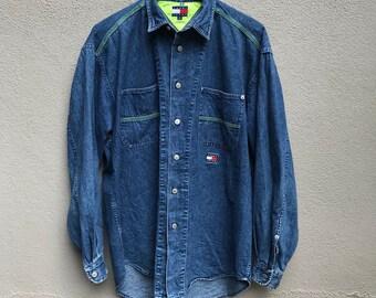 Vintage des années 90 TOMMY HILFIGER logo brodé denim jeans veste double  poche 2d2760ebc973