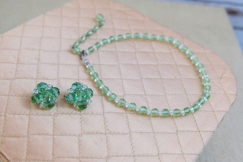 A PRETTY GREEN GLASS PEARL NECKLACE AND CLIP ON EARRING SET NEW.