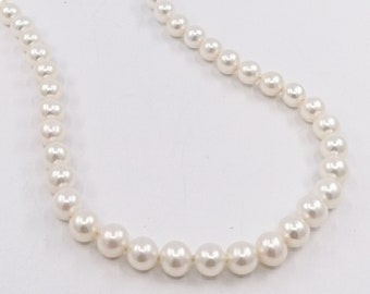 Round pearl knotted necklace