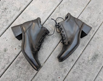 2c1bb03f30e Vintage 90 s Square Toed Lace-Up Ankle Platform Booties