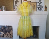 Day dress / summer dress from the 1960s. Very petit. Size EU 30-32 / UK 4-6 / US 0-2. Waist 60 cm / 23,6 inches