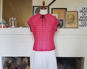 Feminine blouse / shirt from the 1960s. Size EU 38-40 / UK 12-14 / US 8-10