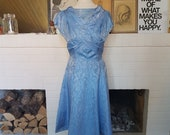 Feminine cocktail / evening dress from the 1950s or 1960s. Size EU 34 / UK 6 / US 2-4. Waist 69 cm / 27,2 inches