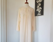 Night gown / night dress from the 1960s. Size EU 44-46 / UK 18-20 / US 14-16. Chest 110 cm / 43.3 inches