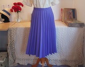 Nice pleated skirt from around 1970. Size EU 36 / UK 10 / US 6. Waist 72 cm / 28.3 inches.