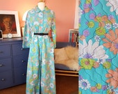 Lovely vintage robe from the 1960s. Size EU 40-42 / UK 14-16 / US 10-12. Chest 106 cm / 41,7 inches