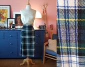 Wool skirt probably from the around the 1970s. Size EU 36-38 / UK 10-12 / US 6-8. Waist 72-77 cm / 28,3-30,3 inches