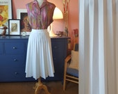 Lovely pleated skirt from the 1960s or 1970s. Size EU 34 / UK 8 / US 4. Waist 70 cm / 27,6 inches