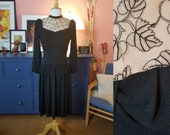 Dress from the 1940s. Size EU 40 / UK 14 / US 10. Waist 80 cm / 31,5 inches.