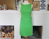 Grass green summer dress from the 1960s. Size EU 34-36 / UK 8-10 / US 4-6. Waist 74 cm / 29,1 inches