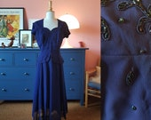 Evening dress / day dress from the 1940s. Size EU 42 / UK 16 / US 12.  Waist 84 cm / 33,1 inches. Rare larger size vintage dress.