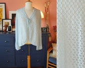 Bed jacket from the 1960s/1970s. This item is a one size.