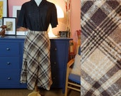 Wool mix skirt from the 1970s. Size EU 32 / UK 6 / US 2.  Waist 66 cm / 26 inches