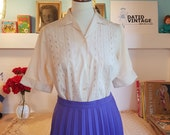 Lovely blouse / shirt from 1950s. Size EU 40-42 / UK 14-16 / US 10-12. Chest 102 cm / 40.2 inches