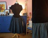 Lovely dress from the 1950s. New look dress. Needs a few stitches! Size EU 34 / UK 8 / US 4. Waist 70 cm / 27,6 inches.