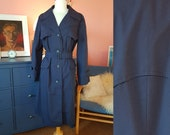 Trench coat from the 1960/1970s. Size EU 40-42 / UK 14-16 / US 10-12. Chest 100 cm / 39,4 inches