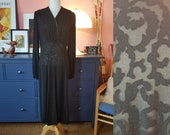 Day dress from the 1930 or 1940s. Size EU 44 / UK 18 / US 14. Waist 90 cm / 35,4 inches