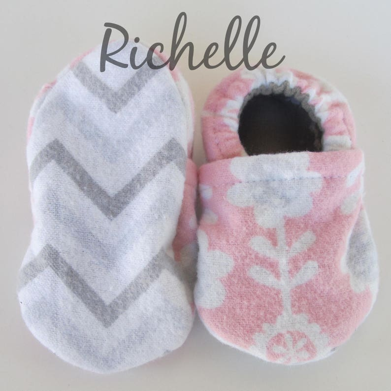 7cad513d782b9 Pink Baby Girl Booties, Flower Soft Sole Infant Crib Shoes, Gray White  Floral Outfit, Handmade Flannel Moccasins, Toddler Non Slip Slippers
