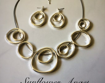 Geo small and large interlooped circlular multi thread necklace and matching earring set.