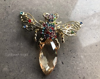 Amazing large Vintage style gold glamourous bee brooch (Manchester bee).  Large crystal body and gold movable wings.