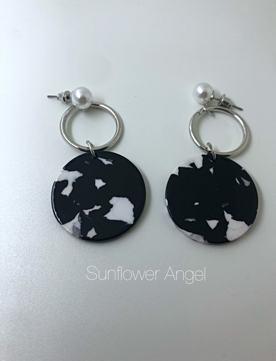 Acrylic earrings. With a loose pearl, studs for pierced ears. In black and white.