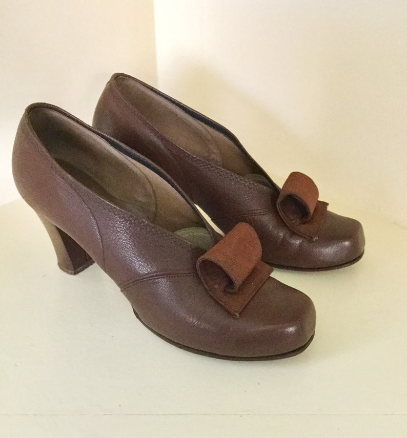 e72372c27c70f 1940s Brown Leather Pumps with Scrolls