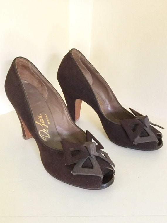 b6e02db1f29df 1940s Brown Suede Bow Pumps