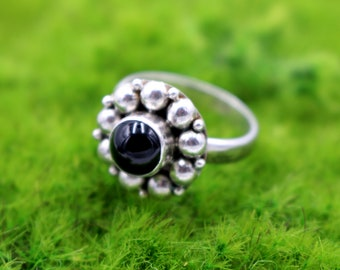 Beautiful Women's Vintage Inspired Floral Flower Round Sterling Silver Ring with Round Black Gemstone Size 9.0 US - 925 - 6.90 Grams