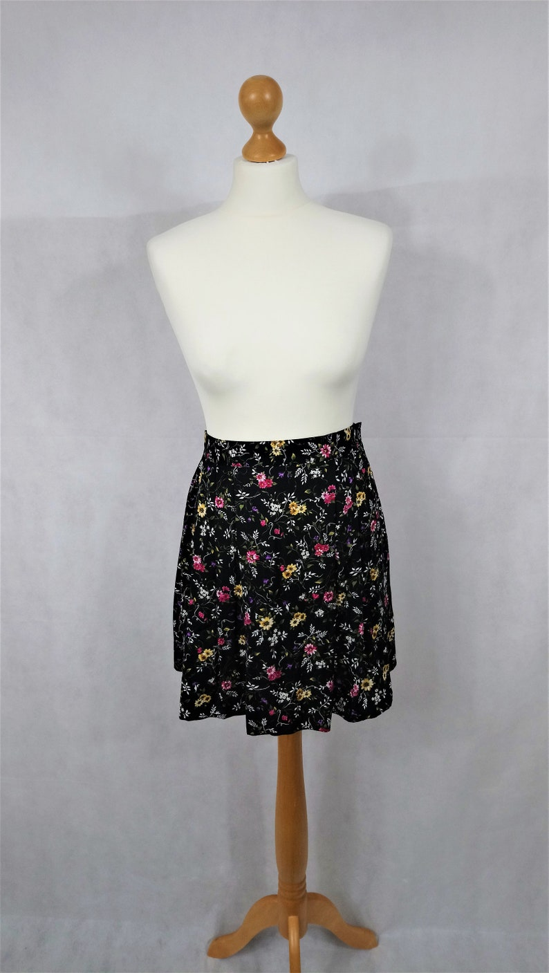 Indie VINTAGE 1980/'s 1990/'s Black FLORAL MINI Skirt Preppy Boho Vacation Retro Summer Uk Size Medium Kitsch Holiday Pretty Cute