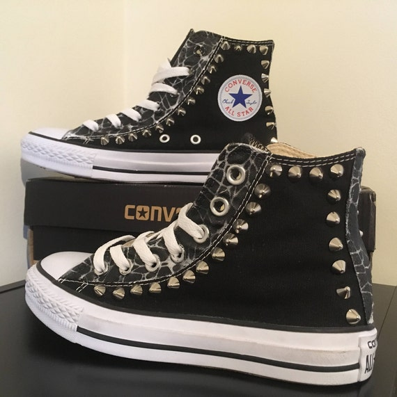 Sneakers, Converse All Star, maßgeschneidert mit Nieten und Airbrush