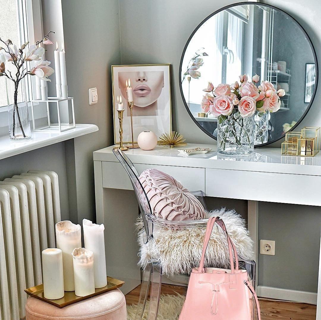 梳妆台上有粉色的花